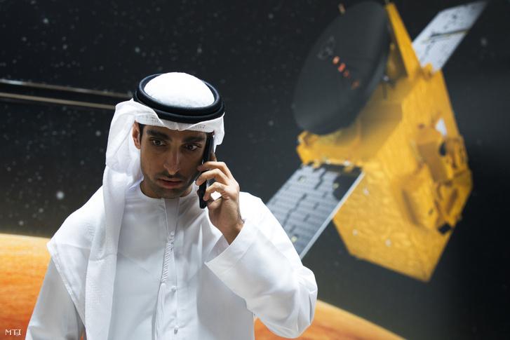 Omran Sharaf, az Egyesült Arab Emírségek első Mars-missziójának igazgatója telefonál a dubaji Mohammed bin Rásid Űrközpontban 2020. július 19-én