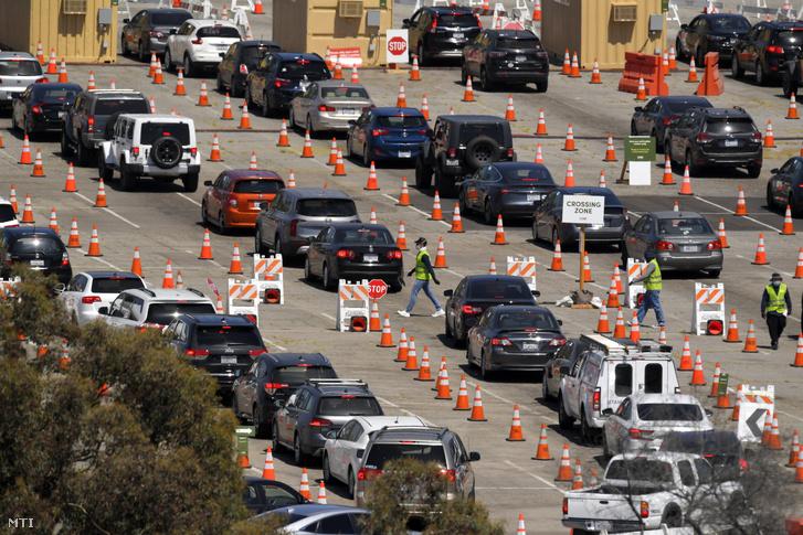 Autós tesztelésre várakozók a Los Angeles-i Dodger stadionban felállított tesztállomás közelében 2020. július 14-én