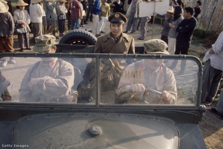 """James Hong (középen) az 1971-es """"The Forgotten Man"""" című film forgatásán"""
