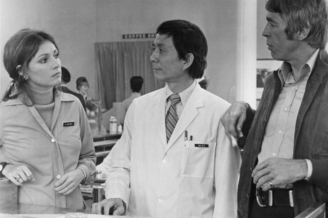 James Hong (középen) a Rejtélyes halál című filmben, 1972-ben Jennifer O'Neill és James Coburn társaságában