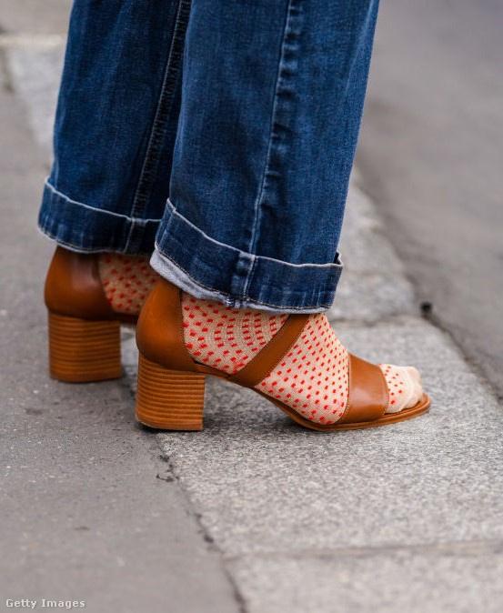 Ez a pöttyös zokni jól feldobja az amúgy nem túl különleges szandált. Együtt teljesen más hatást keltenek.