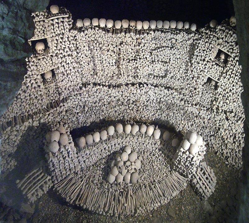 Már egy 1299-es írás is megemlíti az Ausztriában található Eggenburg kriptát, aminek nagy részét 1405-ben építették hozzá. 5800 ember csontjából áll, szakértők szerint tiszteletadás gyanánt hozták létre.
