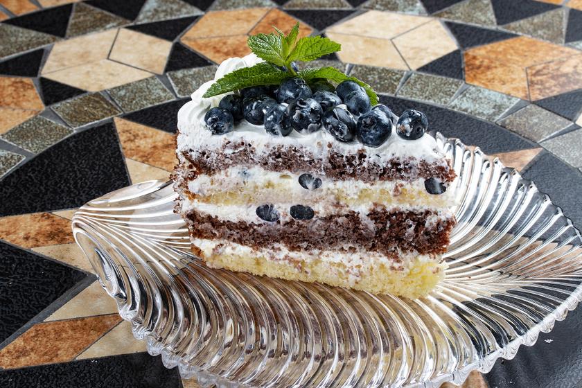 Tejszínes, áfonyás süti kétféle piskótából: a tészta puha, a krém mennyei