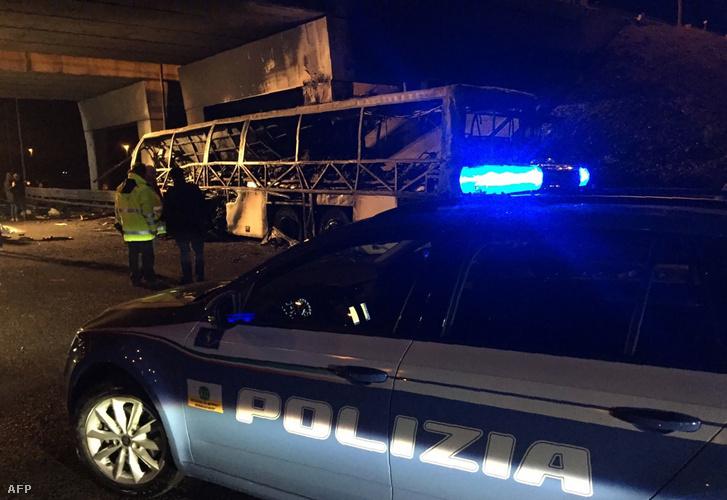 A diákokat szállító kiégett busz a veronai autópályán 2017. január 21-én.