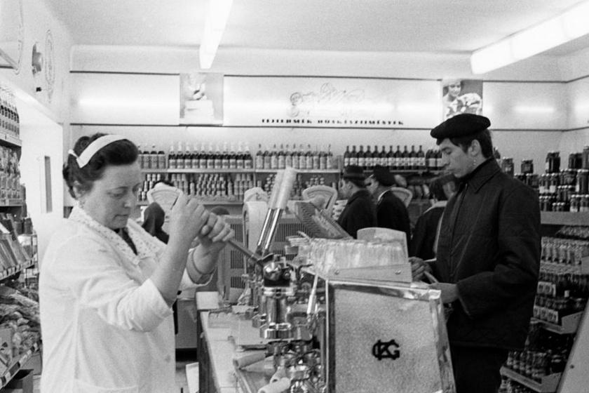 Egy boltban épp kávét mértek 1970-ben. Az üzletekben közös használatú kávédarálókat is üzemeltettek, a szemes kávét lehetett itt megőrölni.