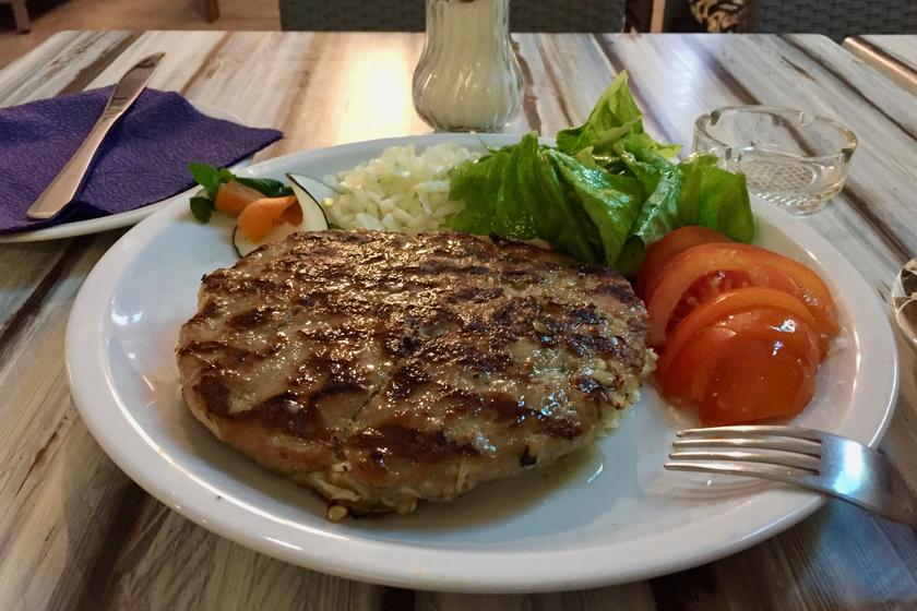 Szaftos, fűszeres pljeskavica: a legfinomabb szerb hamburger házi receptje