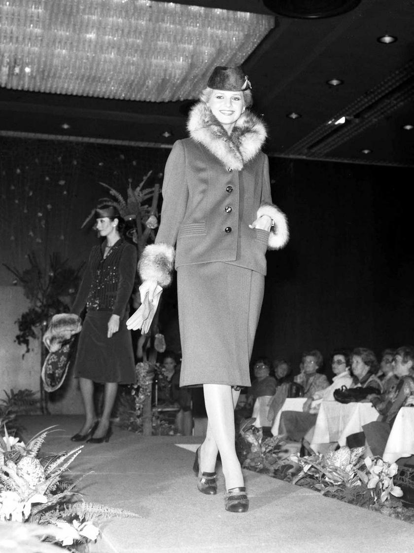 Kertész Éva és Diós Katalin (hátul) manökenek 1978 októberében a Hilton Szállóban tartott divatbemutatón, amelyen a Clara szalon 1978-as őszi-téli divatkollekcióját mutatta be.