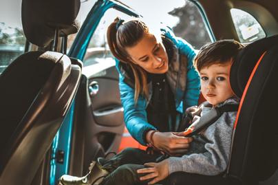 biztonsagi ov auto anya gyerek