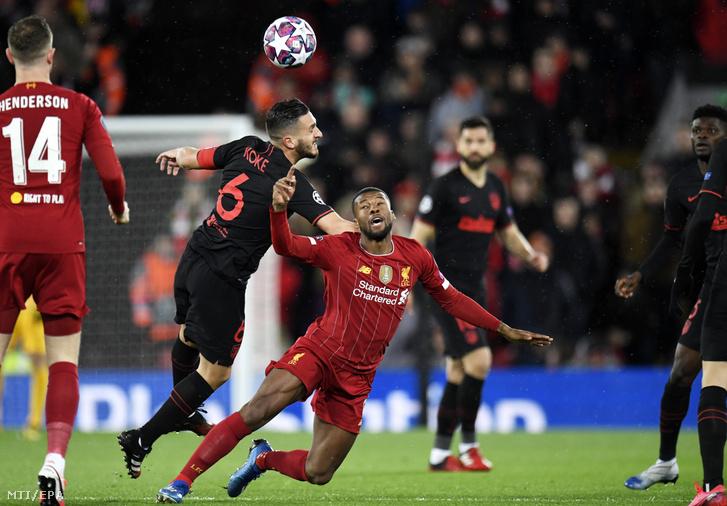 Georginio Wijnaldum a Liverpool (k) és Koke az Atlético Madrid játékosa a labdarúgó Bajnokok Ligája nyolcaddöntőjének visszavágójában játszott Liverpool - Atlético Madrid mérkőzésen Liverpoolban 2020. március 11-én.