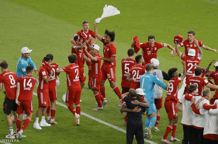 A Bayern München játékosai ünnepelnek miután 4-2-re legyőzték a Bayer Leverkusent a labdarúgó Német Kupa döntőjében a berlini Olimpiai Stadionban 2020. július 4-én.