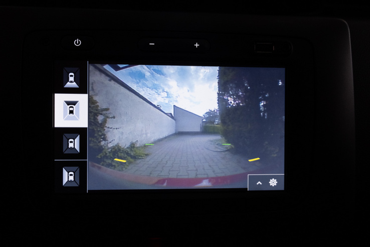 A négy kamera képei közül kézzel lehet válogatni, épp mit néznénk. Nem lenne nagy dolog egyetlen, felülnézeti képet gyúrni ezekből, de akkor mitől lenne olcsóautó-érzésünk?