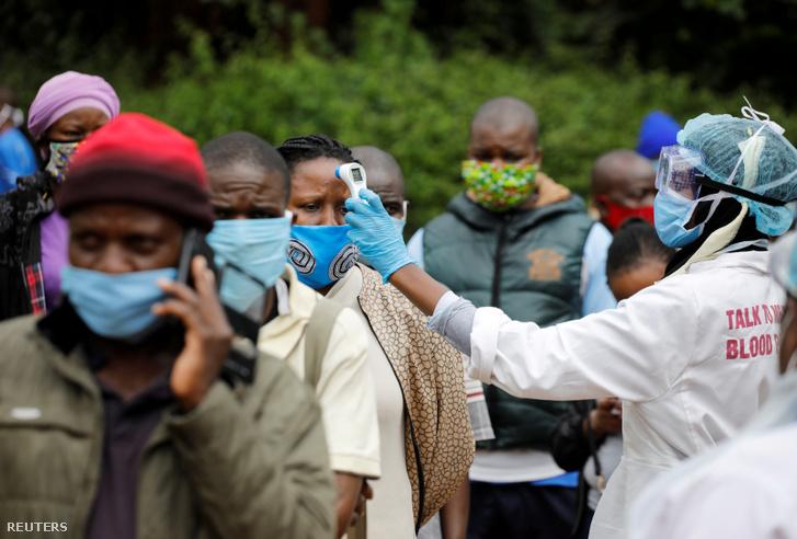 Emberek hőmérsékletét mérik a koronavírus-tesztelés előtt Kenyában 2020. május 26-án