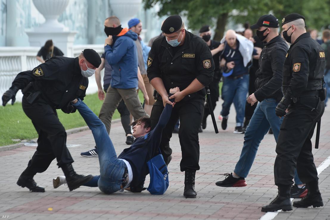 Ellenzéki tüntetőt tartóztatnak le Minszkben 2020. július 14-én