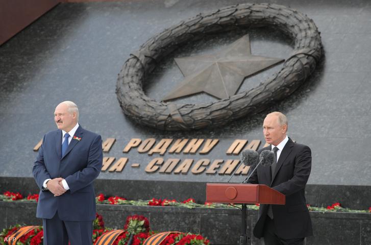Vlagyimir Putyin és Alekszandr Lukasenko (balra) egy szovjet katonai-emlékmű avatásán Rzhev közelében az orosz Tver régióban 2020. június 30-án