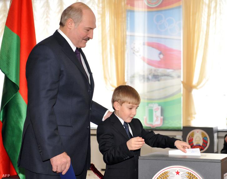 Lukasenko fia leadja édesapja szavazatát a 2010-es választáson Minszkben december 19-én
