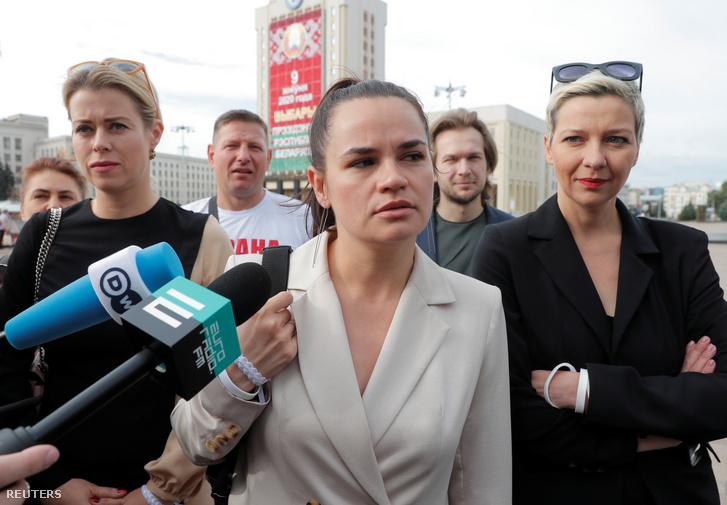 Szvetlana Tyihanovszkaja (középen) érkezik a központi választási bizottsághoz Minszkben 2020. július 30-án