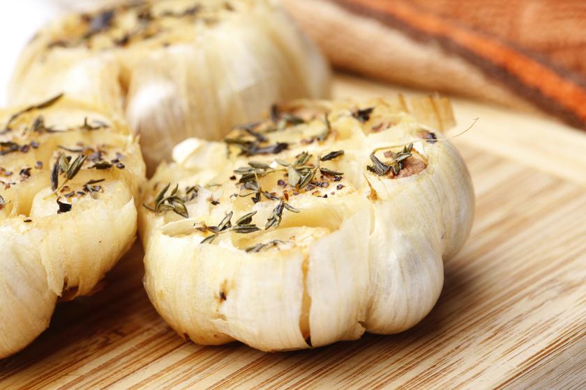 Édesre sült zöldfűszeres fokhagyma: puha, krémes, szinte kenhető