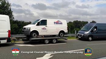 Autószállító tréler vontatott autószállító trélert az M5-ön