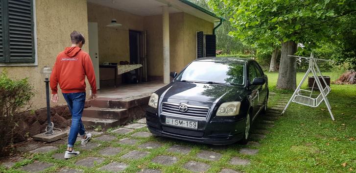 A szokásos földvári ház előtti kép, mint oly sok más autóval