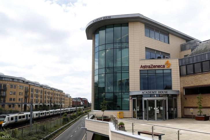 Az AstraZeneca brit-svéd gyógyszergyártó vállalat logója és emblémája a cég irodaházának bejáratánál az angliai Cambridge-ben 2020. július 18-án