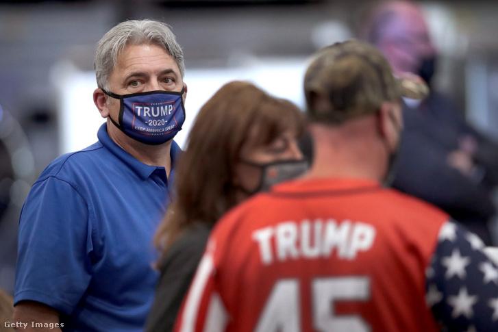 Maszkot viselő emberek Trump beszédére várva 2020. augusztus 6-án