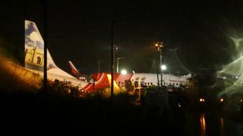 Túlfutott a leszállópályán és kettétört egy repülő Indiában, legalább 16-an meghaltak