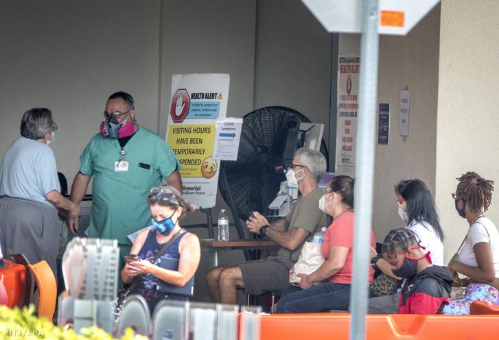 Védőmaszkot viselő emberek várnak bejutásra a Memorial Regional Kórházba a floridai Hollywoodban
