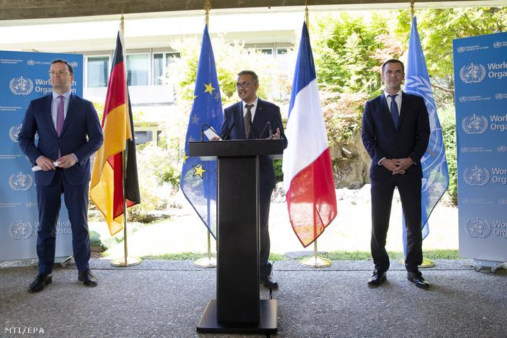 Tedrosz Adhanom Gebrejeszusz, az Egészségügyi Világszervezet (WHO) etióp főigazgatója (k) a koronavírus-járványról tart sajtótájékoztatót Jens Spahn német (b) és Olivier Veran francia egészségügyi miniszter társaságában a világszervezet genfi székházában 2020. június 25-én.