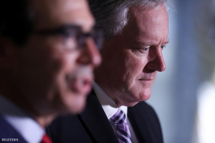 Mark Meadows, a Fehér Ház kabinetfőnöke és Steve Mnuchin pénzügyminiszter beszél újságíróknak a tárgyalások megszakadása után, 2020. augusztus 7-én Washingtonban.
