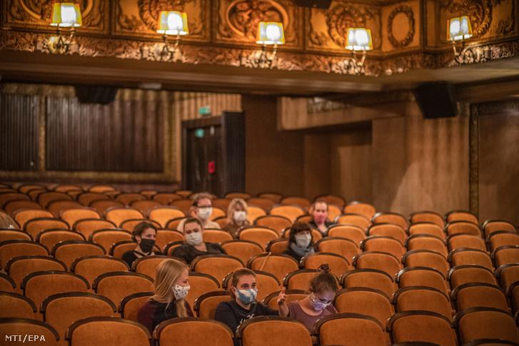 Nézők egy újranyitott moziban Prágában
