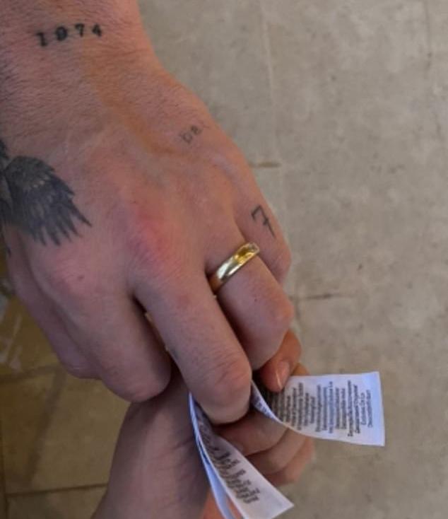 A tetoválásokból biztos, hogy ez Brooklyn Beckham keze. Amerikában és Nagy-Britanniában a bal kézen szokás viselni a jegygyűrűt.