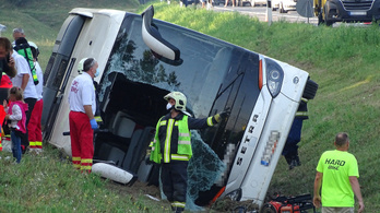 Felborult egy busz az M5-ös autópályán: 1 halott, 34 sérült