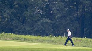 Trump egy golfpályán írta alá a gazdaságélénkítő csomagot