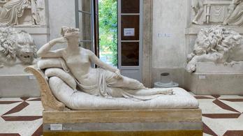 Ráült egy kétszáz éves szoborra a turista, hogy csináljon egy jó fotót, és összetörte