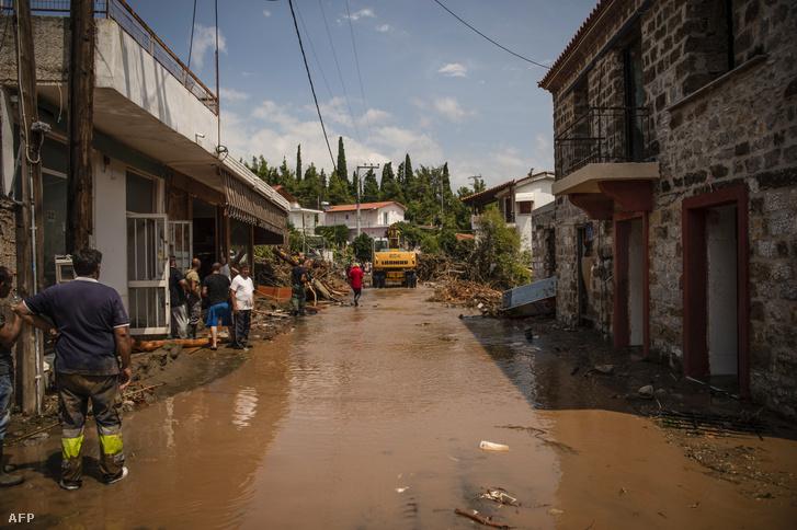Emberek az áradást követően egy utcában Evia szigetén, Athén északkeleti részén, 2020 augusztus 9-én.