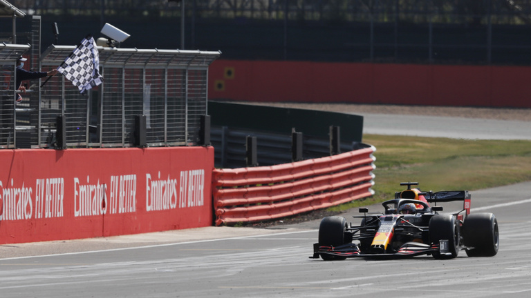 Verstappen oktatta a mezőnyt Silverstone-ban