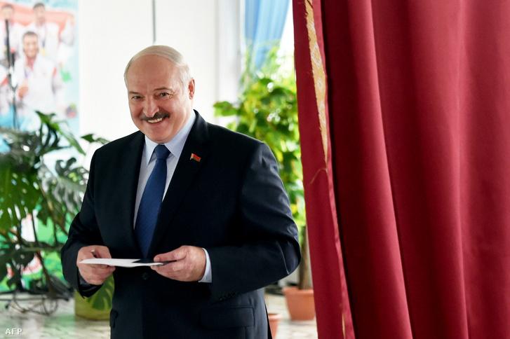 Aljakszandr Lukasenko fehérorosz elnök egy minszki szavazóhelyiségben 2020. augusztus 9-én, az elnökválasztás napján.