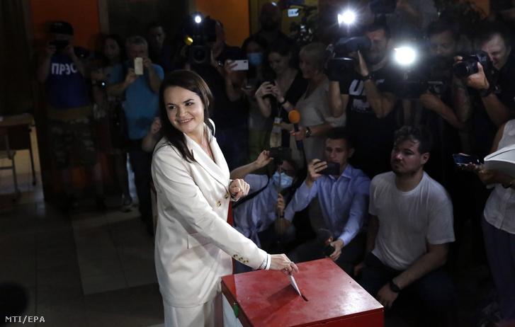 Szvjatlana Cihanouszkaja ellenzéki elnökjelölt leadja szavazatát