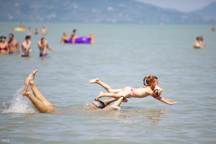 Apa és kislánya a Balatonban Balatonfenyvesnél 2020. augusztus 8-án, szombaton.