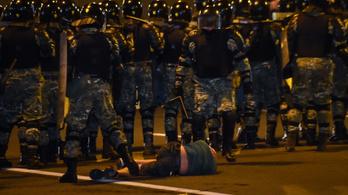 Ezrek tüntettek Minszkben a választási eredmény ellen, a rohamrendőrökkel is összecsaptak