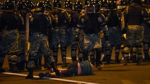 Ezrek tüntetnek Minszkben a választási eredmény ellen, a rohamrendőrökkel is összecsaptak