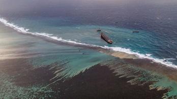Már ezer tonna gázolaj ömlött a tengerbe a Mauritiuson zátonyra futott tartályhajóból