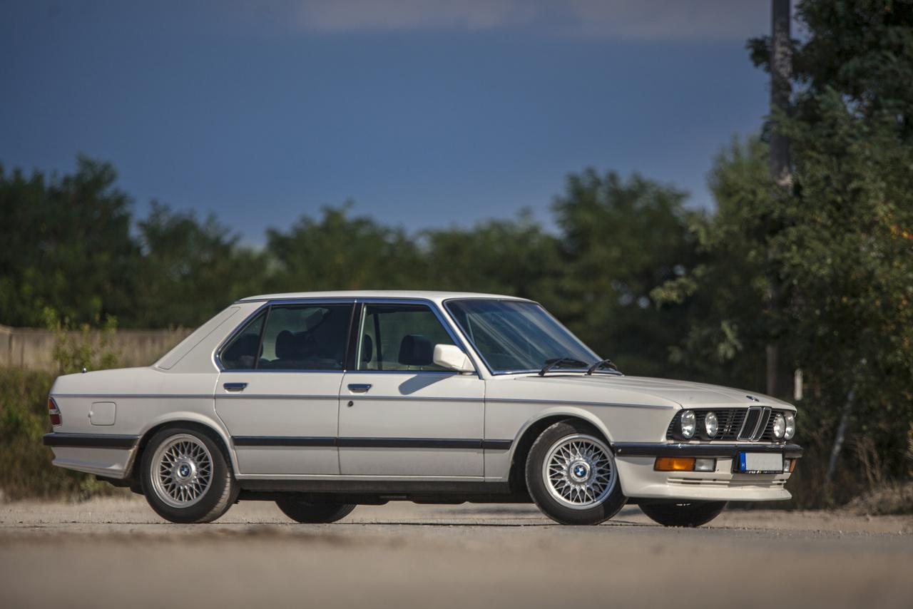 Gyártása során tizenegy benzines, és BMW történetében először, két dízel motor közül lehetett választani.