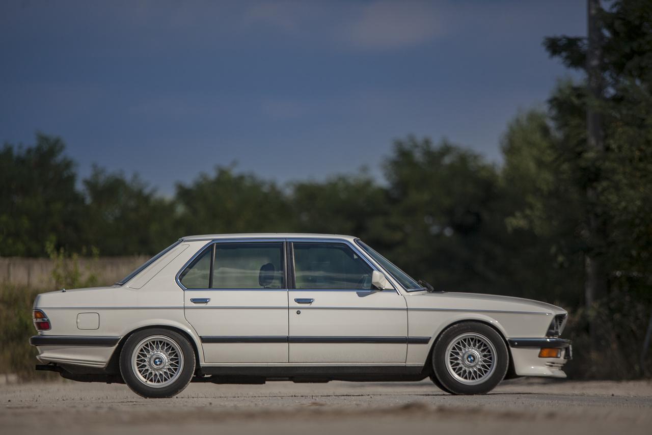 A E28 az 5-ös sorozat második generációja, amit 1981 és 1988 között gyártott a BMW Dingolfingban és a dél-afrikai Rosslynban, összesen 722 328 példányt.
