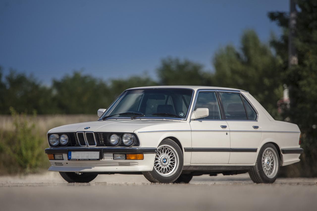 Londonból, egy rövid, hazai kitérővel, Máltára költözött, de nem volt szíve eladni a BMW-t ezért azt tréleren hazahozta.