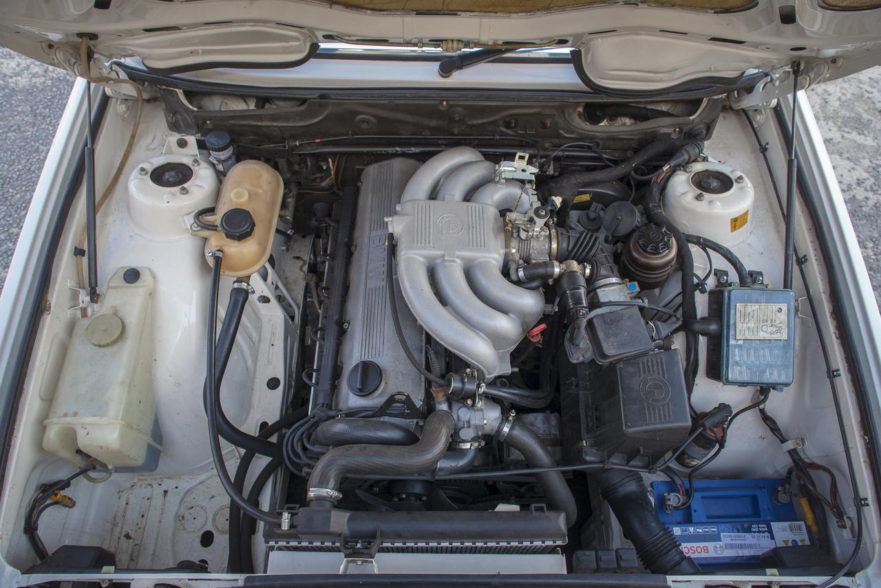 Ez pedig itt a lényeg, ami igazán csodássá teszi ezt az autót. Miután az E28 hazakerült, Laci elengedte a gyári, kétrliteres motor kezét. Egy kétcsillagos értékeléssel rendelkező brit B20M25-hirdetését látatlanban leütötte, a motort pedig elpostázta Dénes barátjának, egy fiatal, de annál tehetségesebb, bajorbeteg szerelőnek. Az eredetileg 2,5 literes motor, egyebek mellett, kapott E36-főtengelyt, némileg módosított 20i dugattyúkat, és az így stroke-olt, 2,8-as motor nagyon vidám 197 lóerővel boldogítja ma a gazdáját.