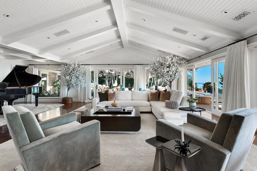 A nappalit modern és otthonos módon rendezték be.