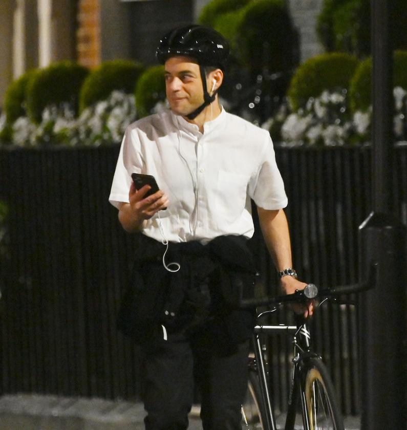 Malek éppen biciklizett az esti órákban, amikor egy csapat lesifotós buzgón vakuzni kezdett az arcába.