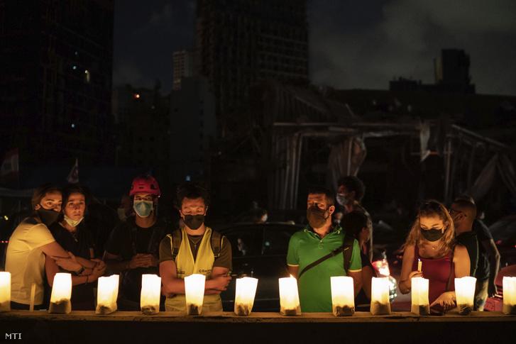 Égő mécsesekkel emlékeznek gyászolók a kikötői negyedben történt kettős robbanás áldozataira Bejrútban 2020. augusztus 9-én
