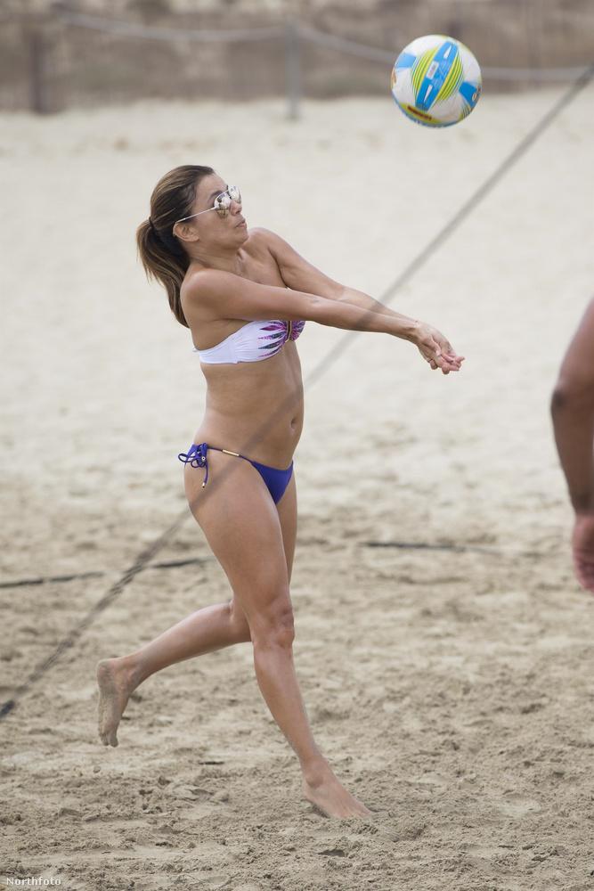 Eva Longoria ugyanabban az évben röplabdázgatott Ibizán Pepe Bastonnal, és feltehetőleg más illetők társaságában.